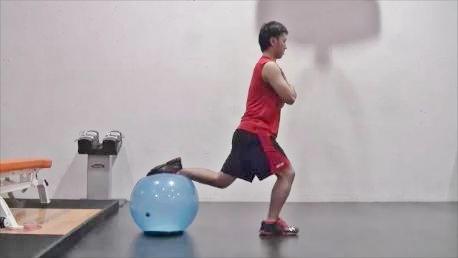 後ろ足をボールに乗せて行う「ボール・ブルガリアン・スクワット」のスタート