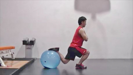 後ろ足をボールに乗せて行う「ボール・ブルガリアン・スクワット」のフィニッシュ