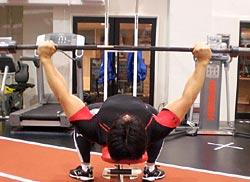 ベンチプレストップポジションでの両腕の位置関係